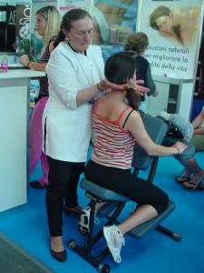 La fisioterapista Liliana all'opera con una sedia ergonomica Top Terapy
